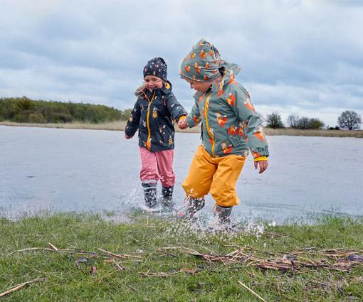 Recycelt, regenfest – ready! Tchibo Regenkleidung für Kinder mit nachhaltigen Materialien. Teaser Bild